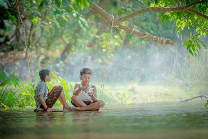 Azjatycki chłopiec i dziewczyny relaksować obrazy royalty free