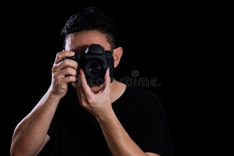 Azjatycki Chiński Męski fotograf Trzyma Cyfrowego SLR kamerę obrazy royalty free