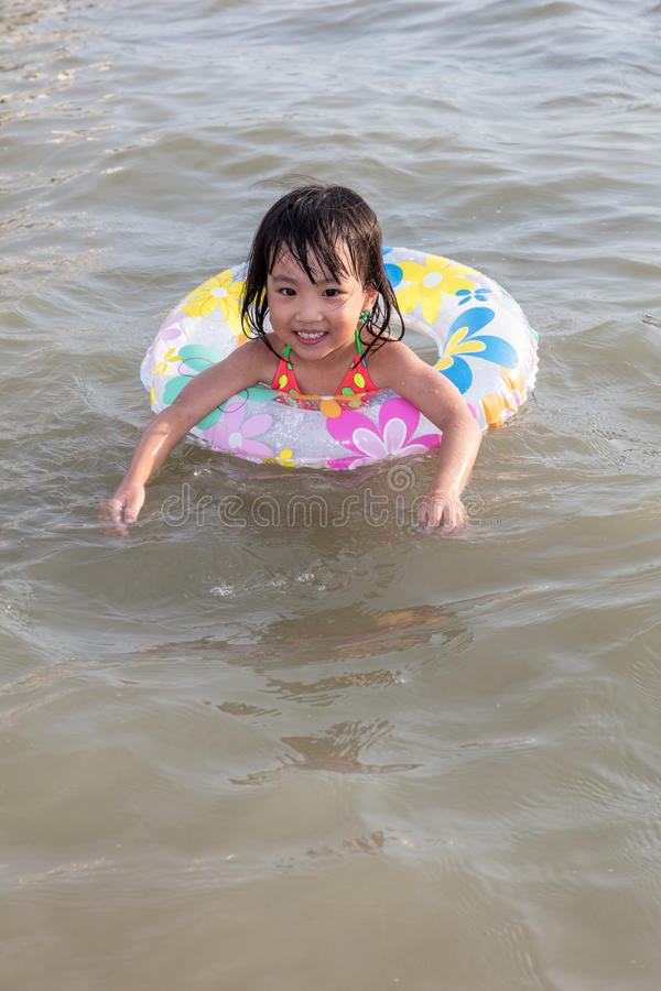 Azjatycki Chiński małej dziewczynki dopłynięcie przy nadmorski zdjęcie stock
