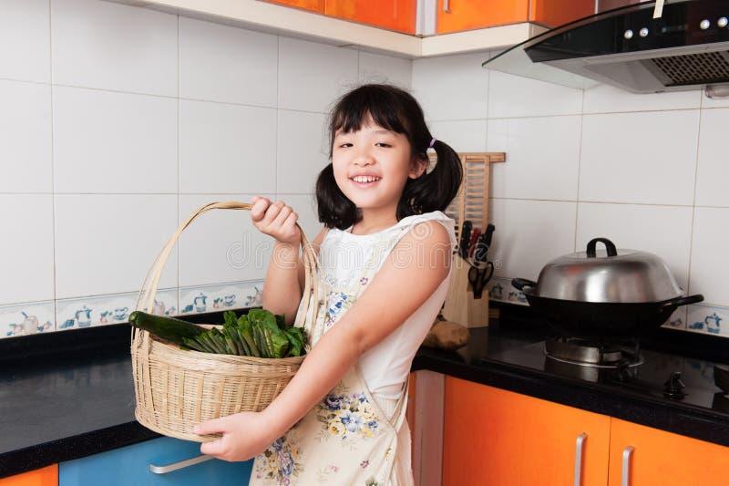 Azjatycki dzieciak w kuchni zdjęcie royalty free