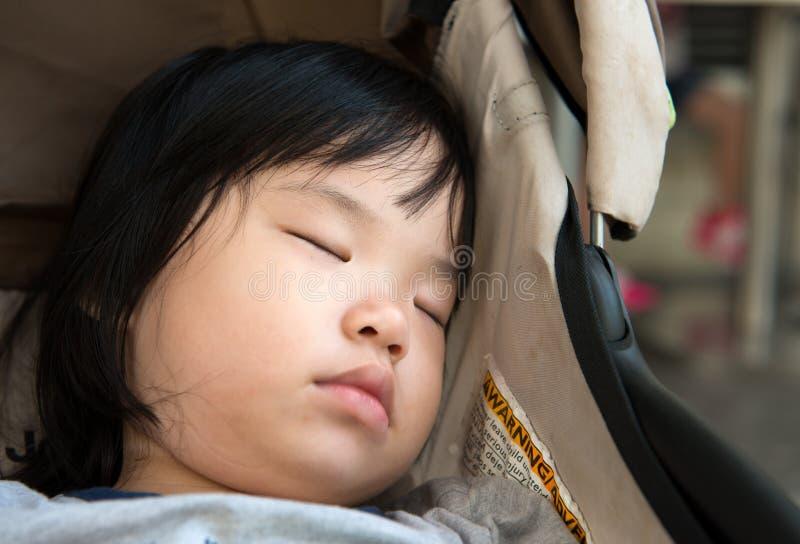 Azjatycki dziecka dosypianie w spacerowiczu obrazy royalty free