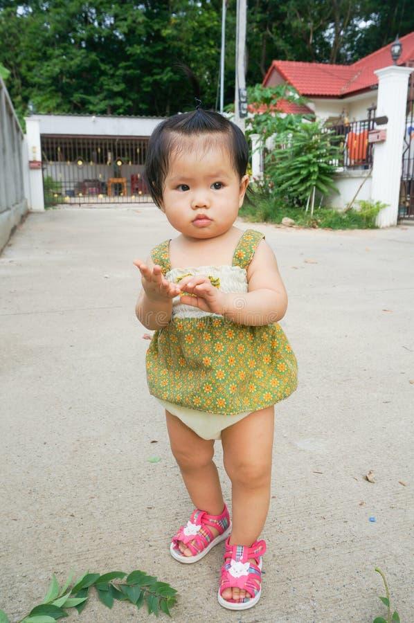 Azjatycki dziecko Cieszy się spacer obrazy stock