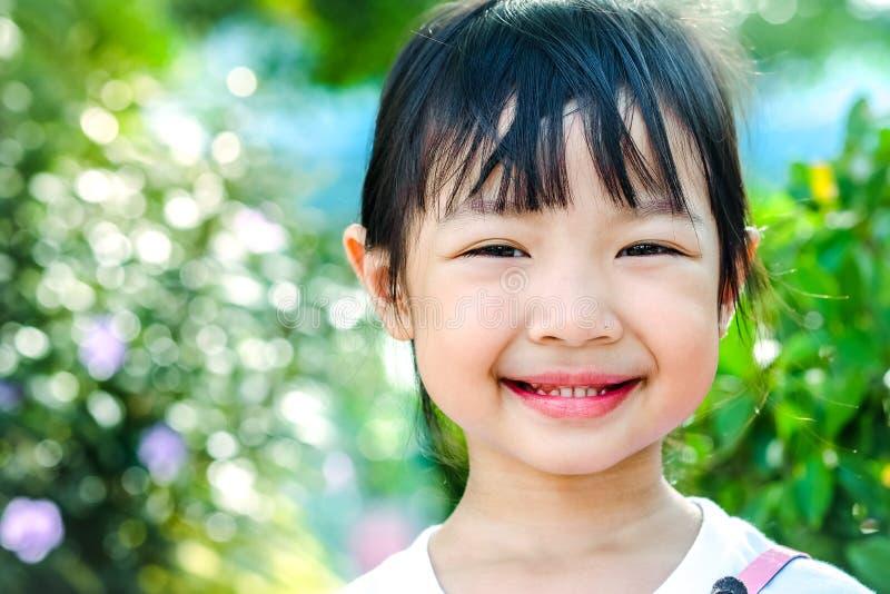 Azjatycki dziecko dziewczyny ono uśmiecha się fotografia royalty free