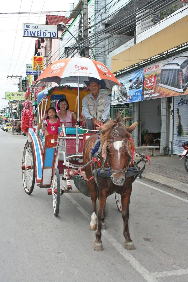 Azjatycki dziecko i jej opiekun cieszymy się wpólnie w ich czasie podróży zdjęcie royalty free