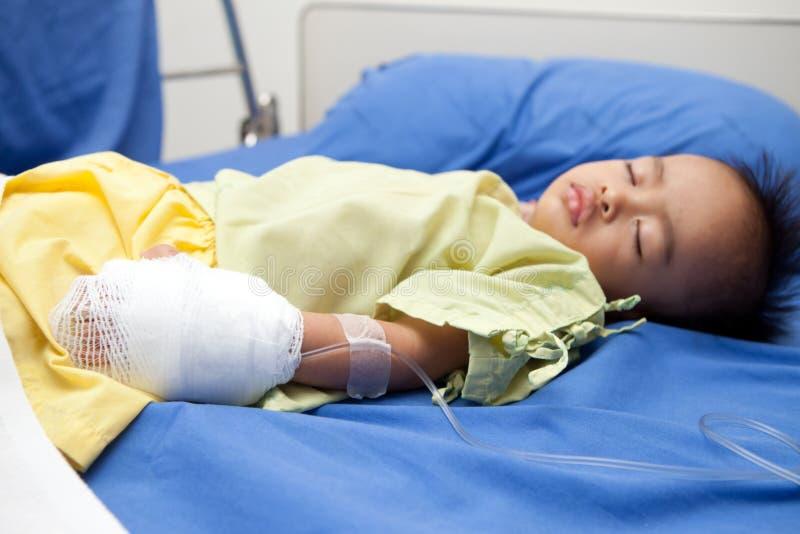 Azjatycki dziecko jako szpitala pacjent zdjęcia stock