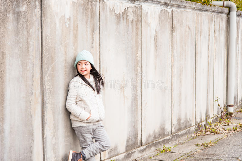 Azjatycki dziecko w zimie obrazy royalty free