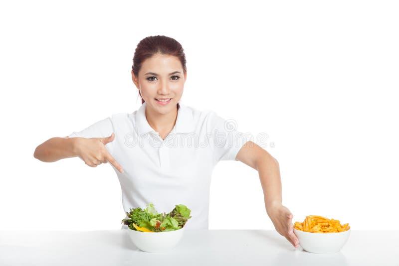 Azjatycki dziewczyna uśmiechu punkt sałatkowi pchnięcie chipsy daleko od zdjęcie stock