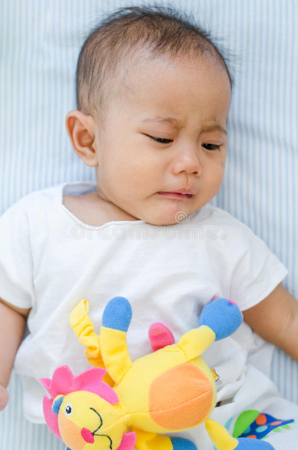 Azjatycki dziewczynka płacz na łóżku obrazy royalty free