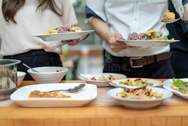 Azjatycki facet zamkni?ty do r?k ?y?kuje tradycyjnego Tajlandzkiego jedzenie; Somtum, omlet, Tajlandzka polewka, etc, , na drewni fotografia royalty free