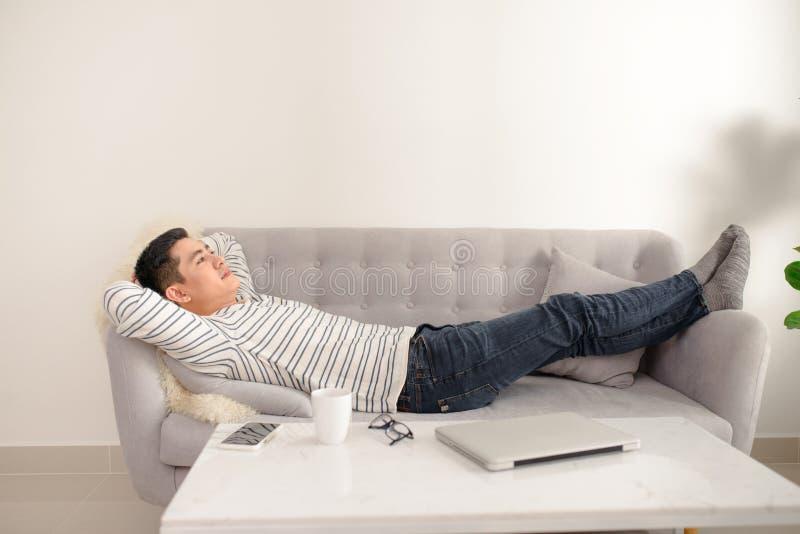 Azjatycki faceta rojenie, odpoczynek i w domu Azjatycki mężczyzna relaksujący i sl fotografia stock