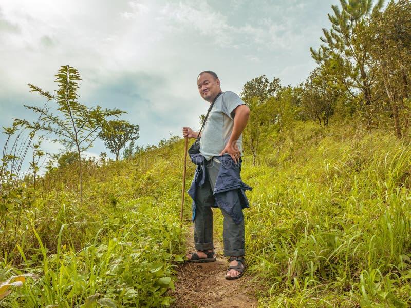 Azjatycki Gruby podróżnik trekking na Khao Luang górze w Ramkhamhaeng parku narodowym fotografia stock