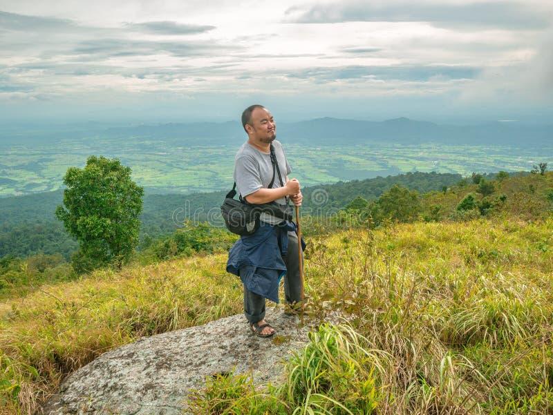 Azjatycki Gruby podróżnik trekking na Khao Luang górze w Ramkhamhaeng parku narodowym obrazy royalty free