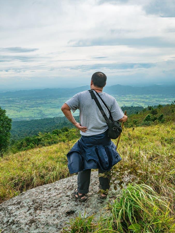 Azjatycki Gruby podróżnik trekking na Khao Luang górze w Ramkhamhaeng parku narodowym zdjęcia stock
