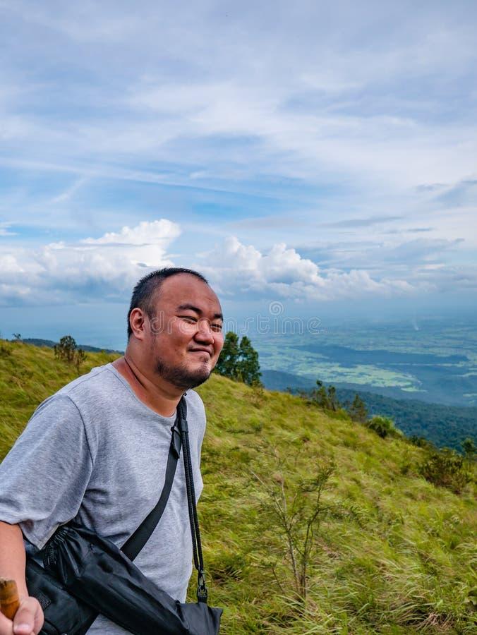 Azjatycki Gruby podróżnik trekking na Khao Luang górze w Ramkhamhaeng parku narodowym obraz stock