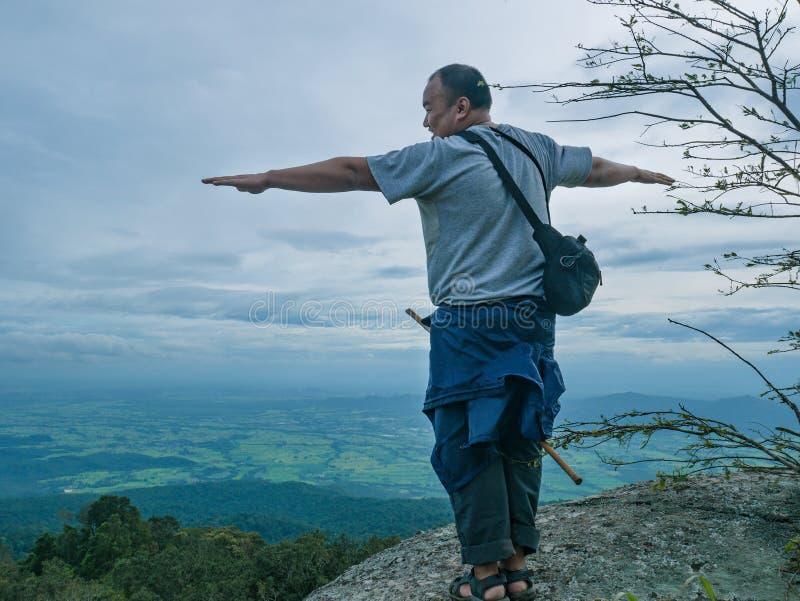 Azjatycki Gruby podróżnik trekking na Khao Luang górze w Ramkhamhaeng parku narodowym obraz royalty free