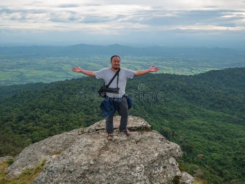 Azjatycki Gruby podróżnik trekking na Khao Luang górze w Ramkhamhaeng parku narodowym zdjęcia royalty free