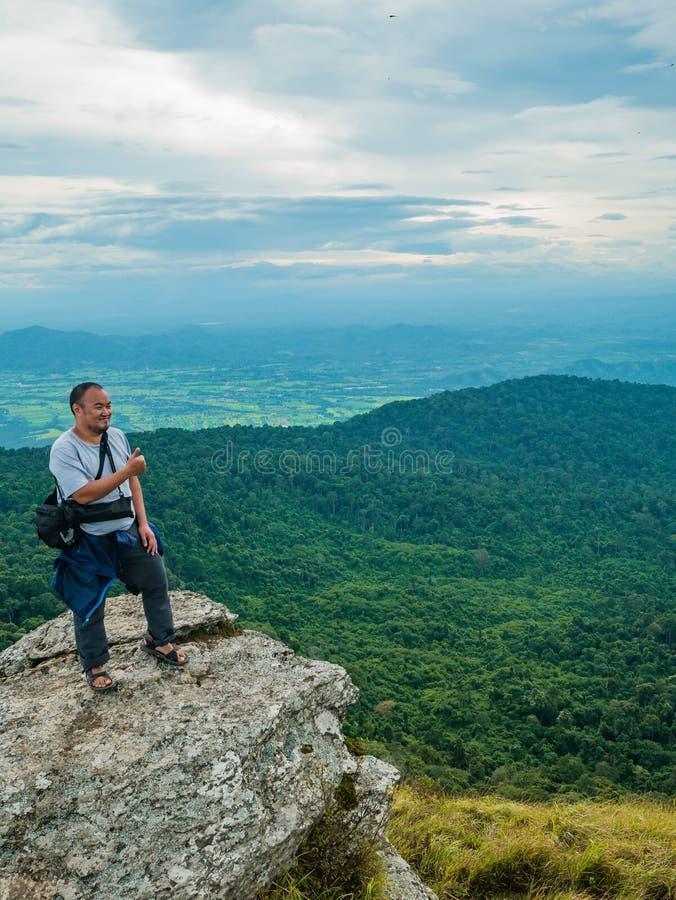 Azjatycki Gruby podróżnik trekking na Khao Luang górze w Ramkhamhaeng parku narodowym fotografia royalty free