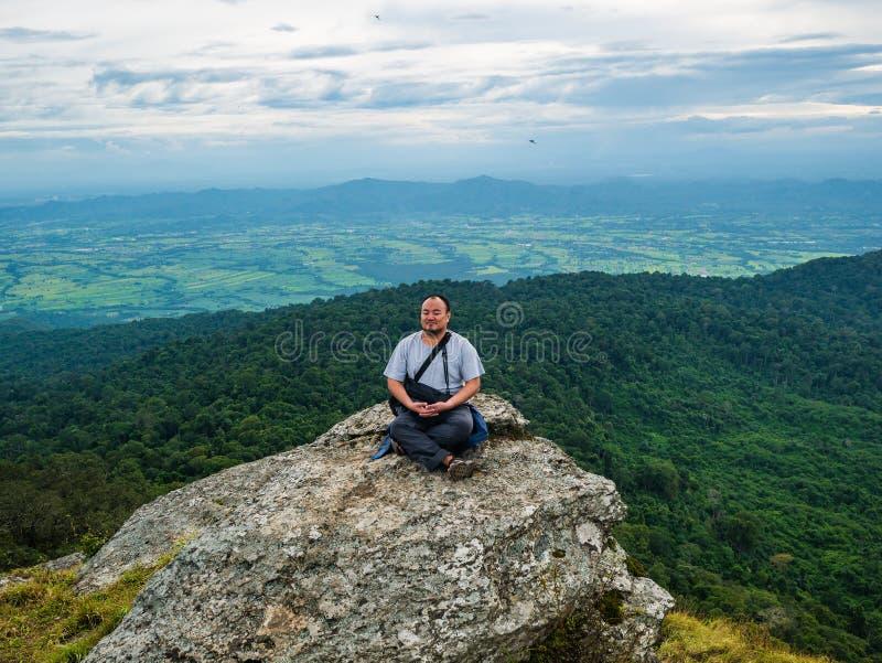 Azjatycki Gruby podróżnik trekking na Khao Luang górze w Ramkhamhaeng parku narodowym obrazy stock