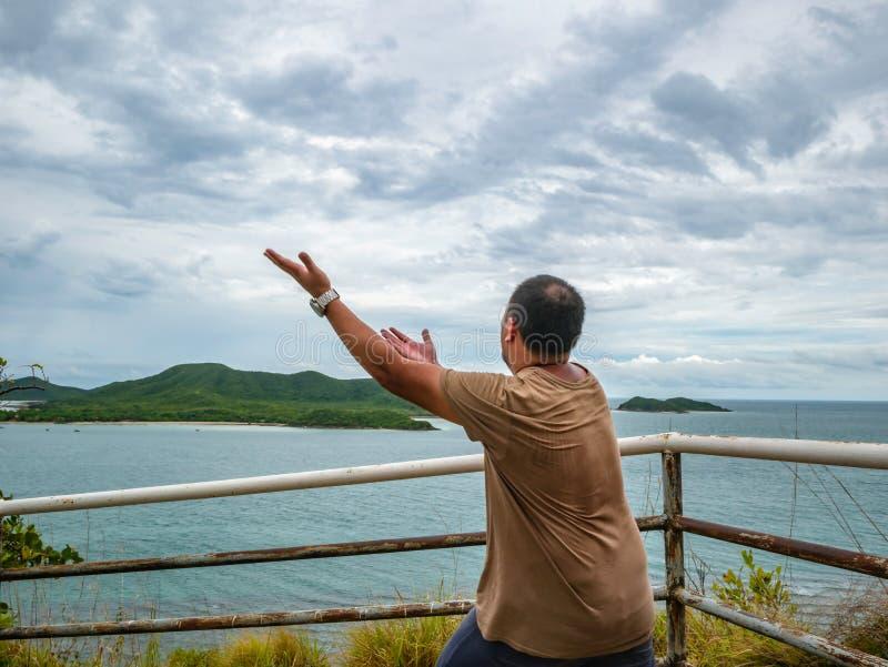 Azjatycki Gruby podróżnika stojak na punkt widzenia z tropikalnym idyllicznym oceanem i bielu obłocznym niebem w urlopowym czasie zdjęcia stock