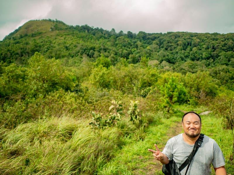 Azjatycki Gruby Trekker na Khao Luang górze w Ramkhamhaeng parku narodowym zdjęcia stock