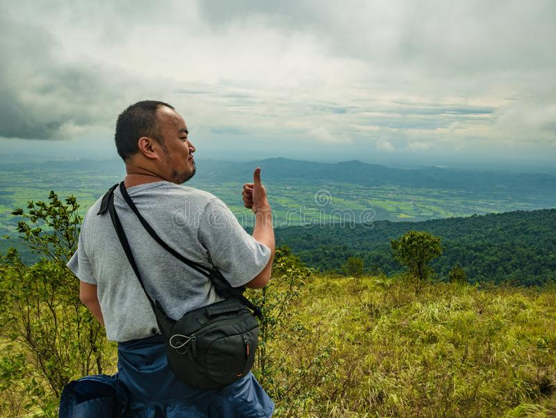 Azjatycki Gruby Trekker na Khao Luang górze w Ramkhamhaeng parku narodowym obraz stock