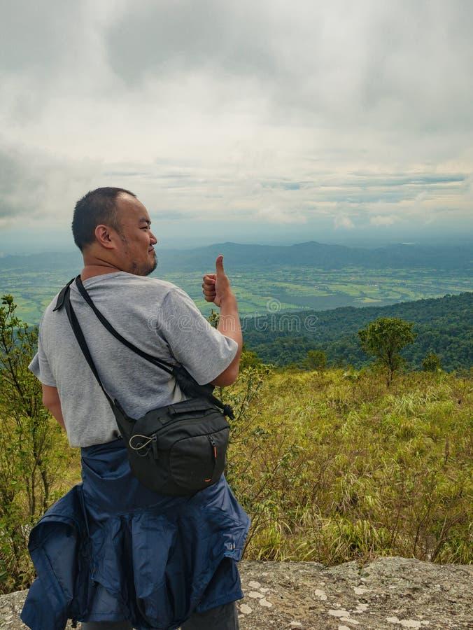 Azjatycki Gruby Trekker na Khao Luang górze w Ramkhamhaeng parku narodowym zdjęcie stock