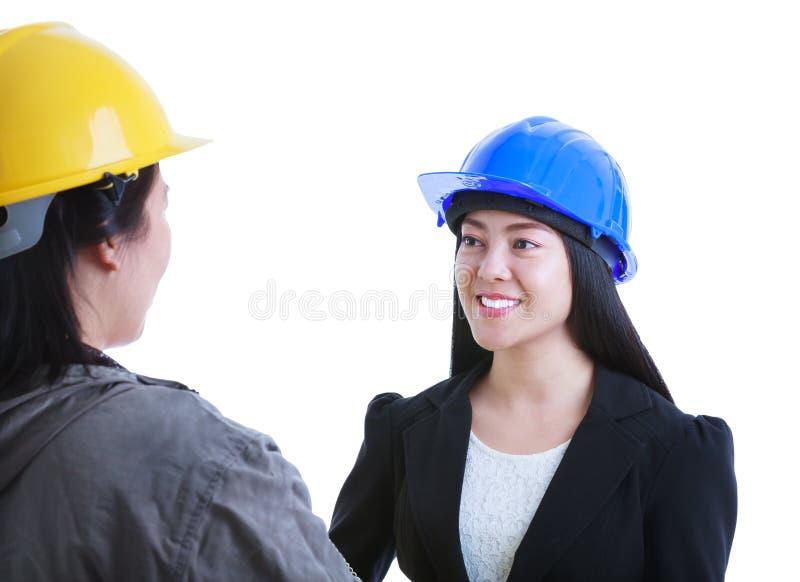 Azjatycki inżynier opowiada z pracownikiem budowlanym Odizolowywający na whi fotografia royalty free