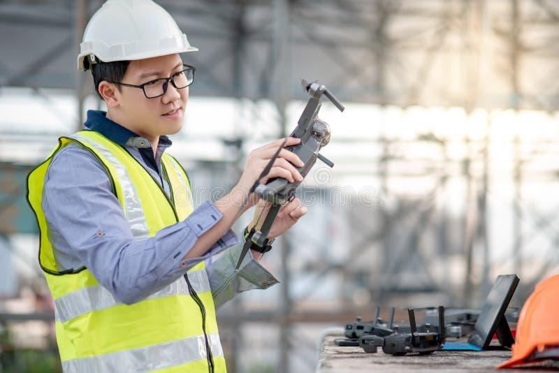 Azjatycki inżyniera mężczyzna używa trutnia dla miejsce ankiety obrazy royalty free