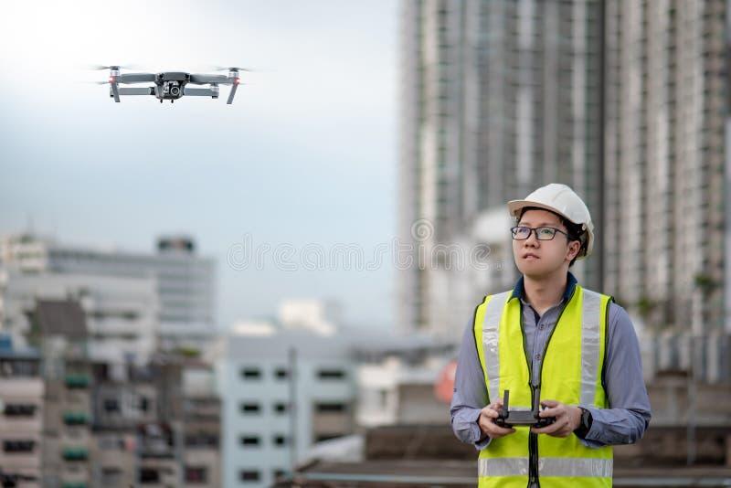 Azjatycki inżyniera mężczyzna używa trutnia dla miejsce ankiety fotografia royalty free