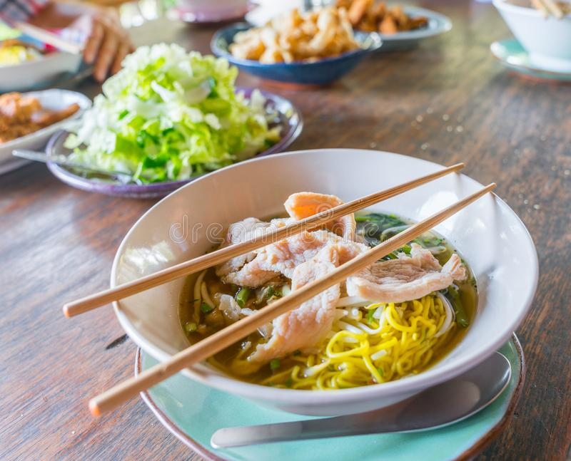 Azjatycki jedzenie z kotlecików stcks na setu stole zdjęcie royalty free