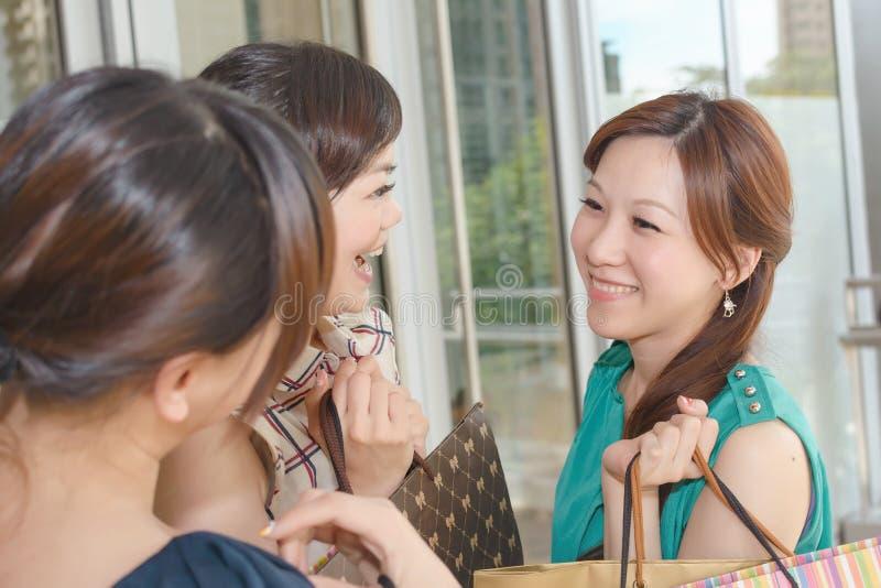 Azjatycki kobiet robić zakupy obrazy royalty free