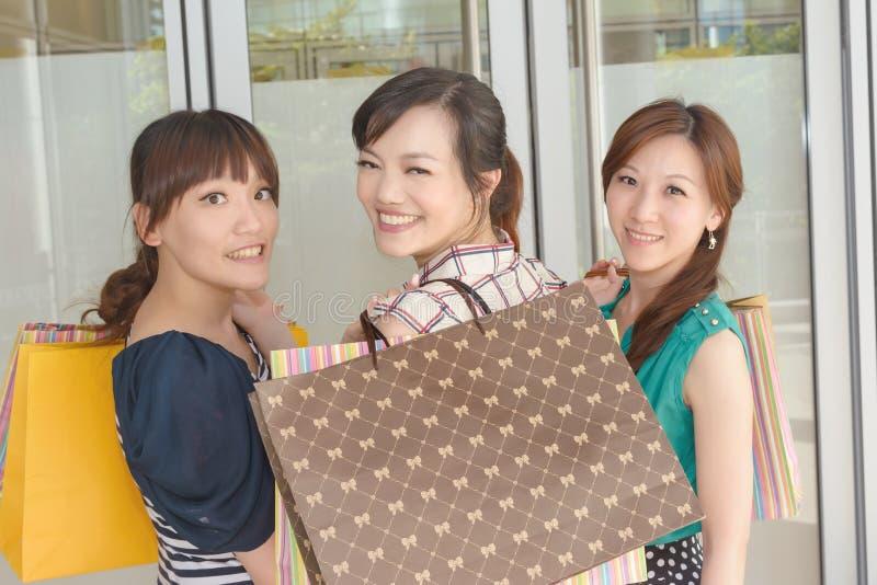 Azjatycki kobiet robić zakupy obrazy stock