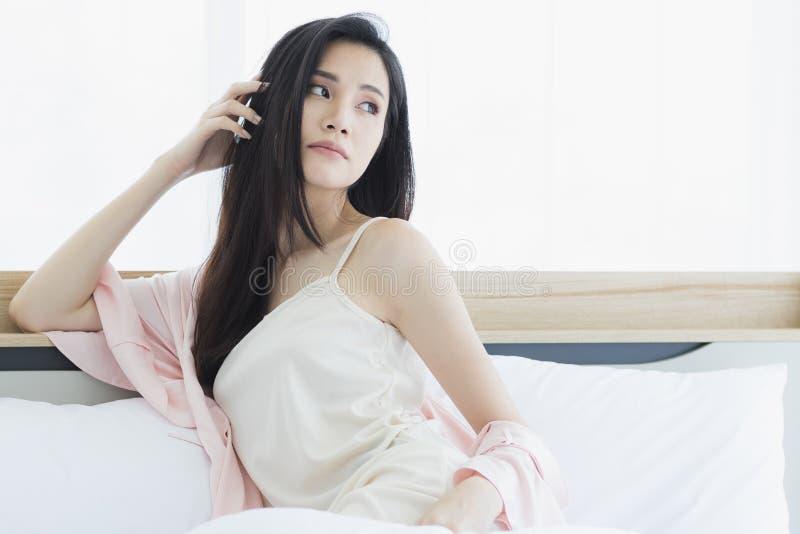 Azjatycki kobieta modela obsiadanie i pozowa? na ? obrazy stock