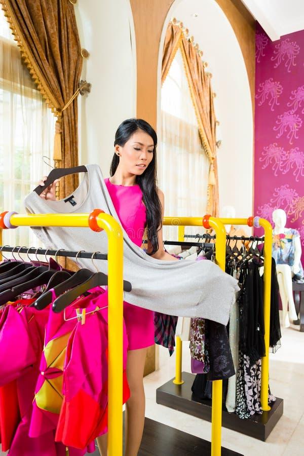 Azjatycki kobieta zakupy w moda sklepie fotografia stock