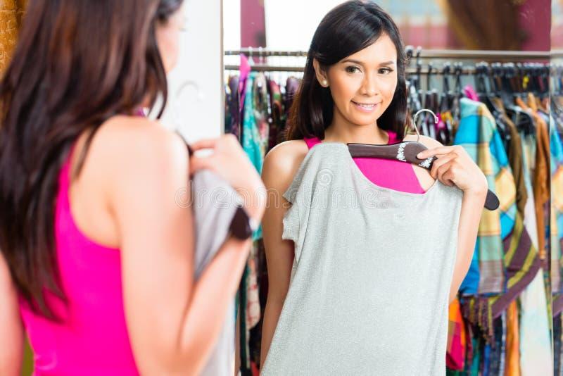 Azjatycki kobieta zakupy w moda sklepie zdjęcie royalty free