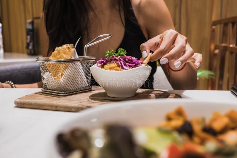 Azjatycki kobiety łasowania weganinu jedzenie zdjęcie royalty free
