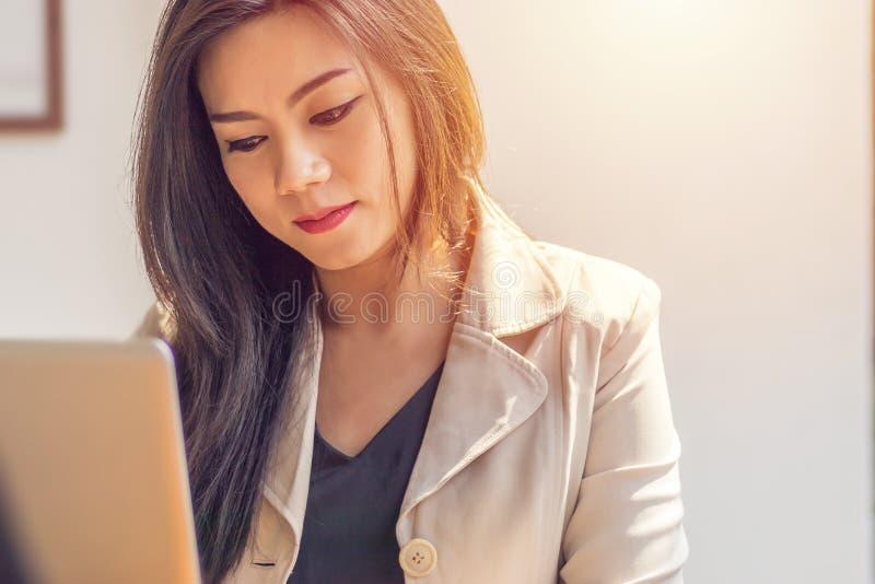 Azjatycki kobiety cierpienie od choroby psychicznej kobieta jednostek gospodarczych fotografia royalty free