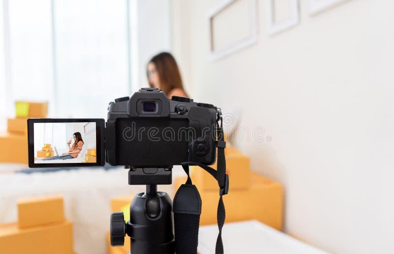 Azjatycki kobiety freelancer i blogger przeglądowy produkt pracuje sme biznes fotografia royalty free