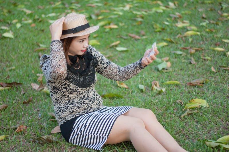 Azjatycki kobiety makeup na trawie zdjęcie royalty free