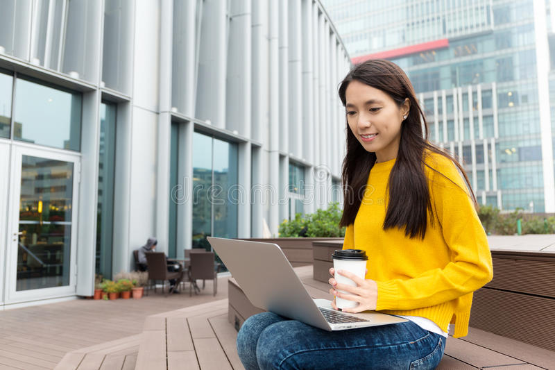 Azjatycki kobiety spojrzenie przy laptopem zdjęcie royalty free