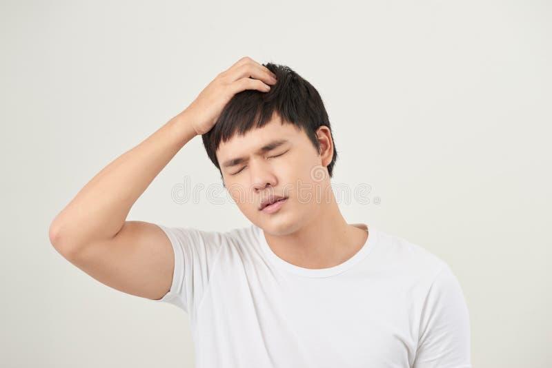 Azjatycki mężczyzna cierpienie od migreny, zawroty głowy, kac, migrena, zdjęcie royalty free