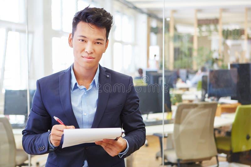 Azjatycki mężczyzna jako kompetentny ekspert zdjęcie royalty free