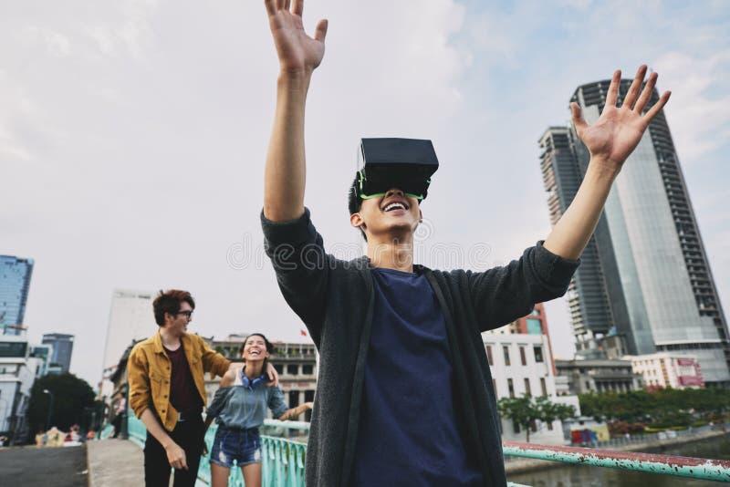 Azjatycki mężczyzna Jest ubranym VR szkła obrazy royalty free