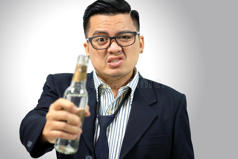 Azjatycki mężczyzna pijący po pracy zdjęcie stock