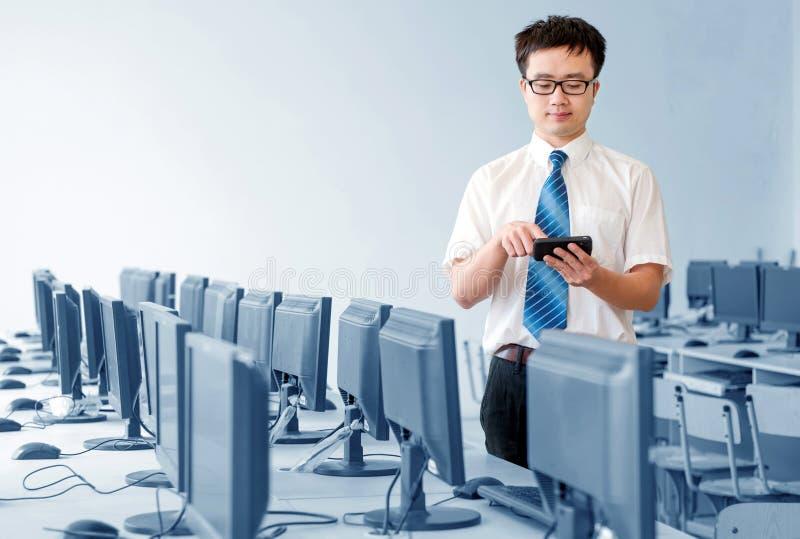 Azjatycki mężczyzna pracuje wewnątrz zdjęcie stock