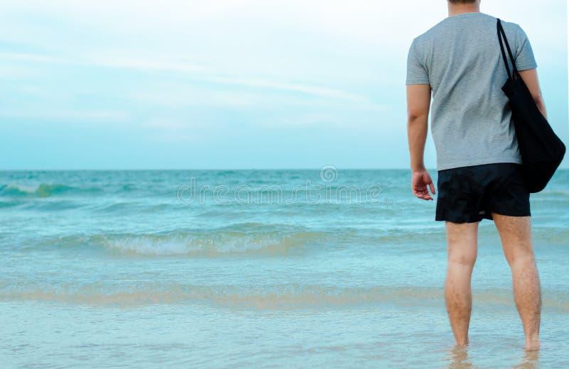 Azjatycki mężczyzna relaksuje na plaży zdjęcia royalty free