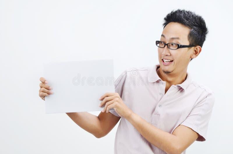 Azjatycki mężczyzna trzyma białą papierową kartę zdjęcie royalty free