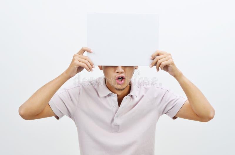Azjatycki mężczyzna trzyma bielu nakrycia karcianą twarz zdjęcie royalty free