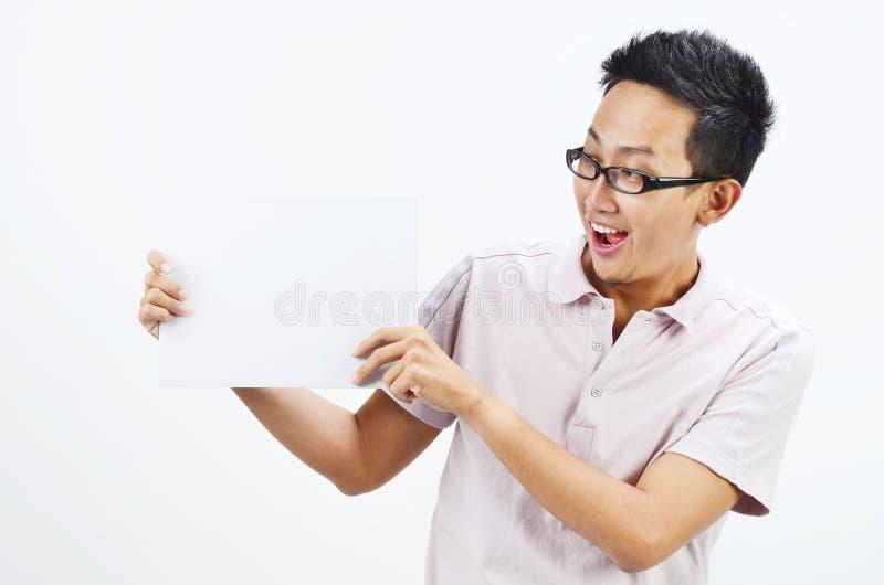 Azjatycki mężczyzna trzyma pustą karcianą deskę zdjęcia stock