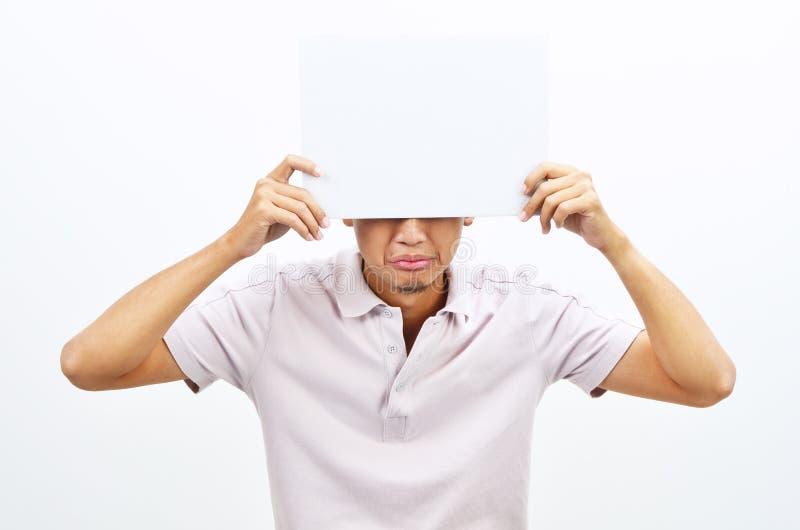 Azjatycki mężczyzna trzyma pustą papierowej karty nakrycia twarz zdjęcia royalty free